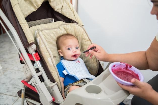 Dziecka błękit przyglądająca się chłopiec łasowania dziecka dziecko