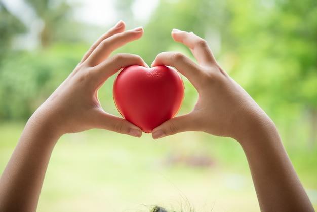 Dziecka mienia czerwony gumowy serce
