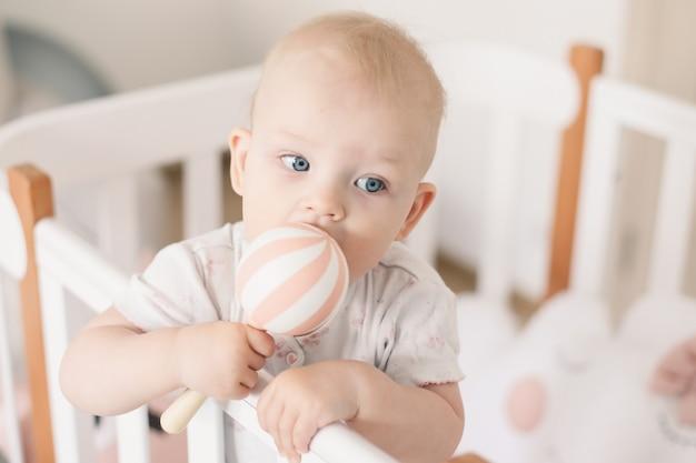 Dziecko bawi się drewnianą zabawką