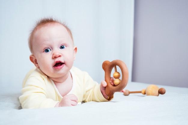 Dziecko bawi się drewnianymi zabawkami w jasnym pokoju