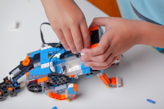 Dziecko bawi się klockami zabawek