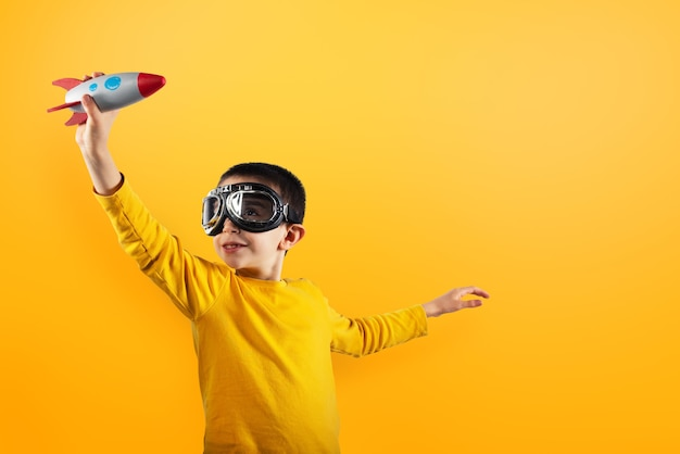 Dziecko bawi się małą rakietą. pojęcie wyobraźni