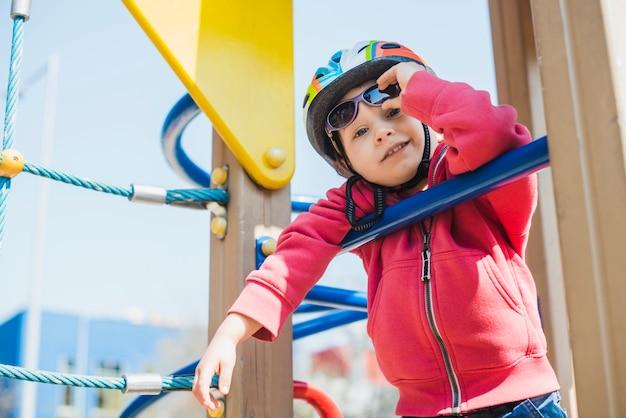 Dziecko bawi się na zewnątrz na placu zabaw