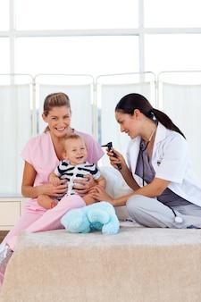 Dziecko bawi się pediatrą i pielęgniarką