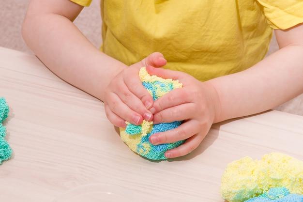 Dziecko bawi się plasteliną