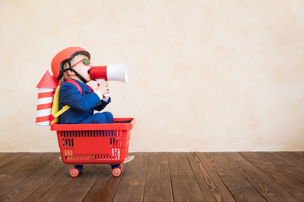 Dziecko bawi się rakietą papieru