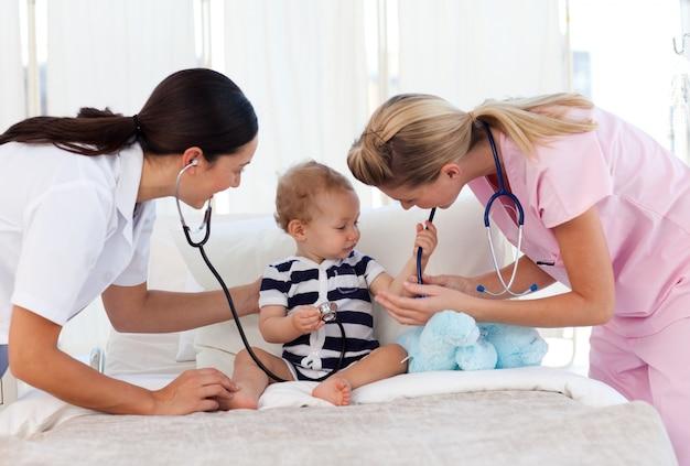 Dziecko bawi się stetoskopy
