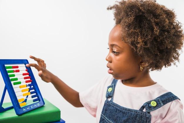 Dziecko bawi się z abacus w studio