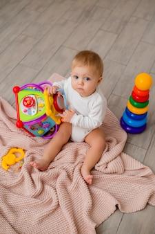 Dziecko bawi się zabawkami edukacyjnymi w domu