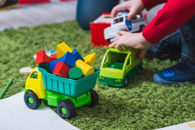 Dziecko bawi się zabawkami samochodów