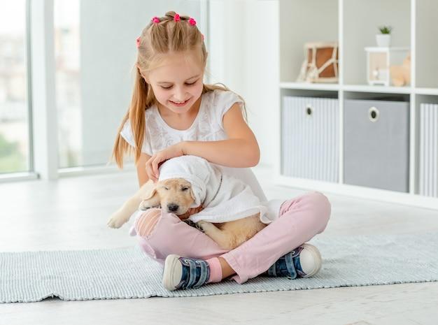 Dziecko bawiąc się szczeniak retriever