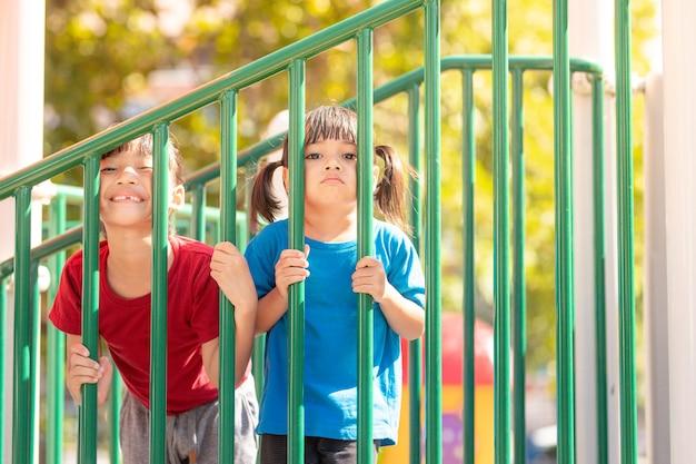 Dziecko bawiące się na placu zabaw dzieci bawią się w szkole
