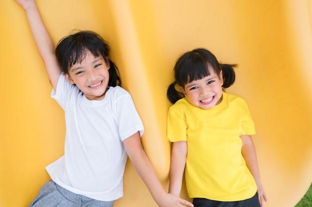 Dziecko bawiące się na placu zabaw na świeżym powietrzu. dzieci bawią się na podwórku szkoły lub przedszkola.