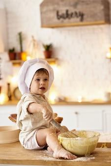 Dziecko bawiące się w kuchni