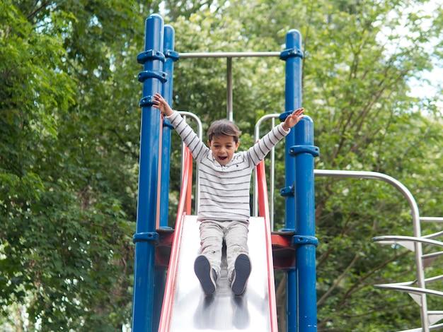 Dziecko bawić się w parkowym niskim widoku