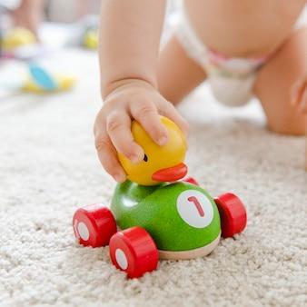 Dziecko bawić się z drewnianym samochodem