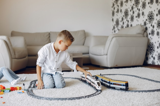 Dziecko bawić się z zabawka pociągiem w bawić się pokoju