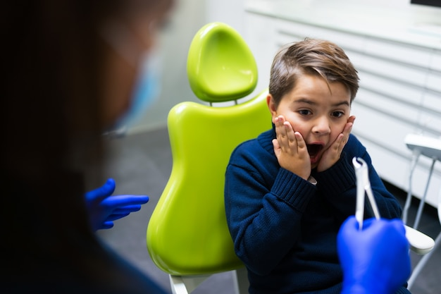 Dziecko Boi Się Usunąć Ząb. Premium Zdjęcia