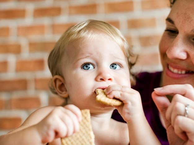 Dziecko chrupie na niektórych krakersach