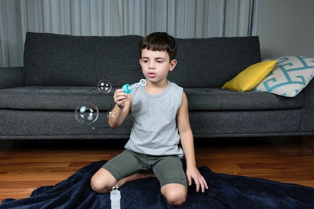 Dziecko co bańka mydlana w domu