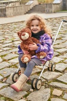 Dziecko dla dzieci w ubrania retro wiosna jesień