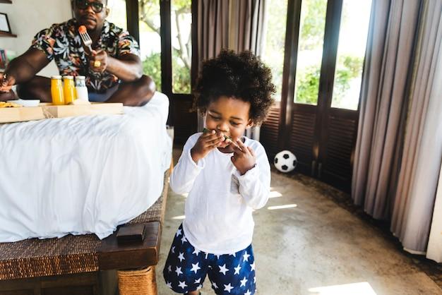 Dziecko, dobra zabawa jedzenie arbuza