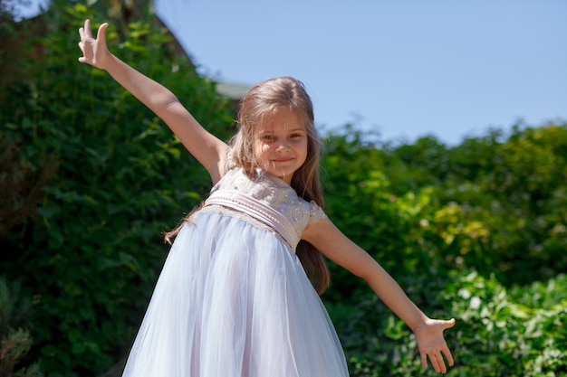 Dziecko dziewczyna bawić się w parku outdoors.
