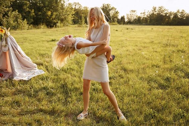 Dziecko dziewczynka bawić się mamą letni piknik.
