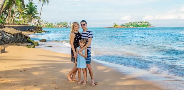 Dziecko dziewczynka na plaży z rodzicami