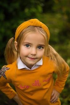 Dziecko dziewczynka na ulicy, uśmiechając się