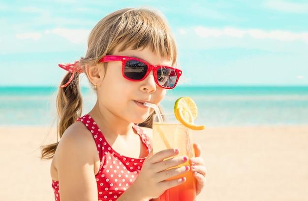 Dziecko dziewczynka odpoczynku na morzu. selektywne skupienie.