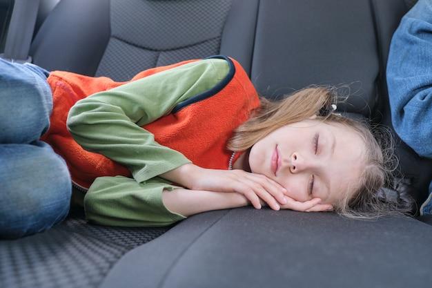 Dziecko dziewczynka śpi w samochodzie