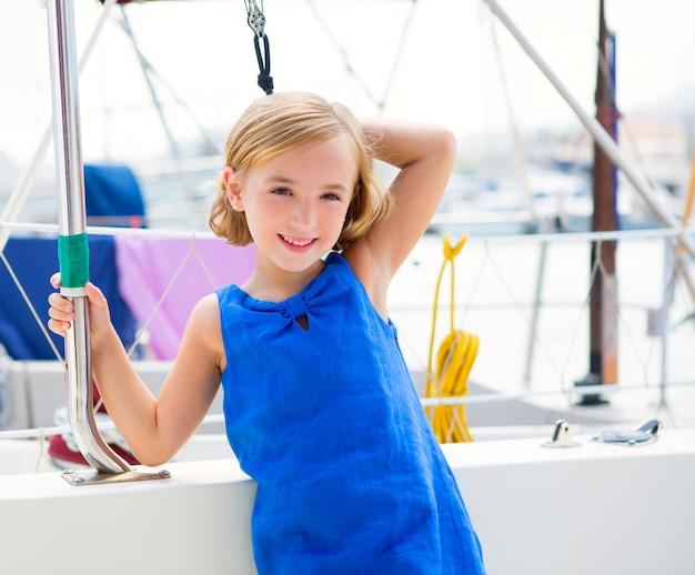 Dziecko dziewczynka w marina łódź na letnie wakacje