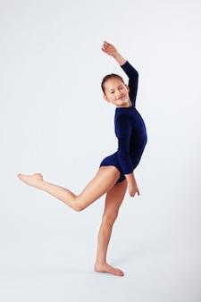 Dziecko dziewczynka zaangażowane w sport.