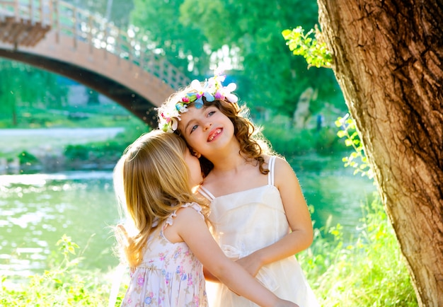 Dziecko dziewczyny bawiące się w parku na świeżym powietrzu wiosną