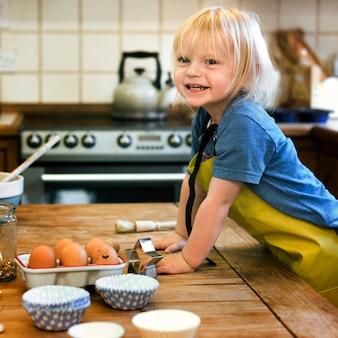 Dziecko gotowania klasy koncepcja pieczenia