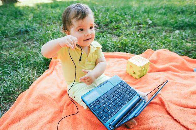 Dziecko gra na zewnątrz styl życia szczęście