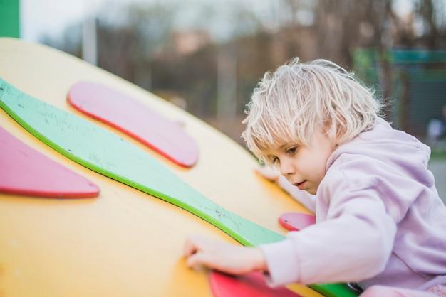 Dziecko gra na zewnątrz