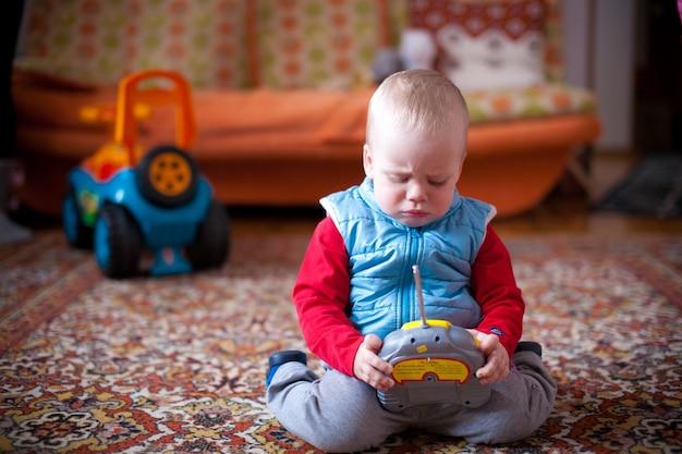 Dziecko gra w domu