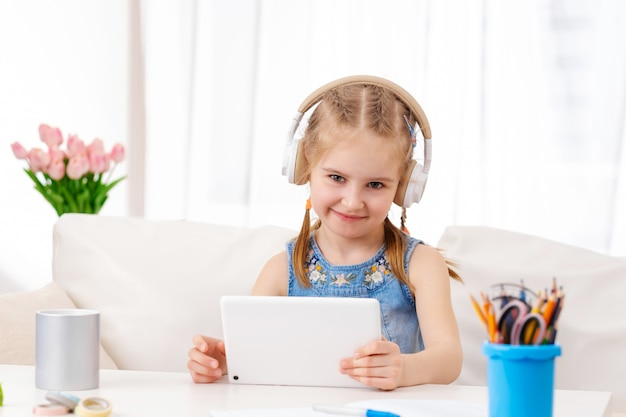Dziecko grając w gry na tablecie w domu