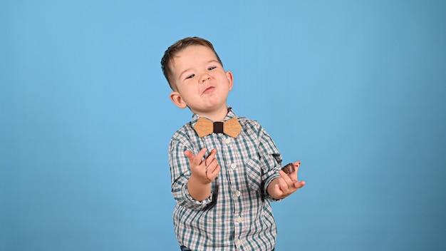 Dziecko i cukierki czekoladowe, na białym tle. wysokiej jakości zdjęcie