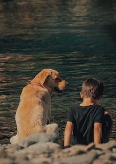 Dziecko i jego pies cieszą się latem