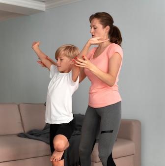 Dziecko i kobieta medytujące w średnim ujęciu