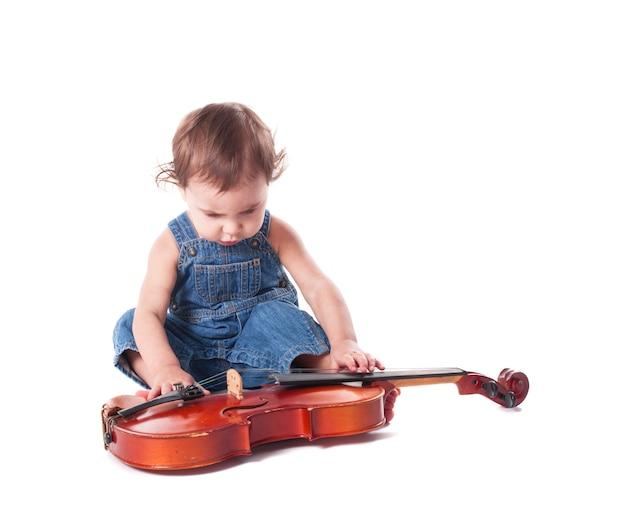 Dziecko i skrzypce na białym tle. wybór przyszłego zawodu