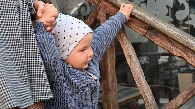 Dziecko idzie z mamą po schodach