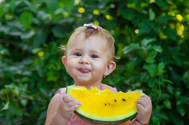 Dziecko je arbuza. selektywne skupienie.