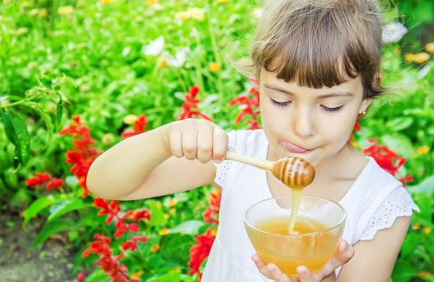 Dziecko je miód. selektywna ostrość. jedzenie natury