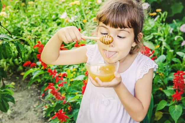 Dziecko je miód. selektywne skupienie. natura.