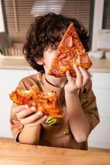 Dziecko je pizzę w domu