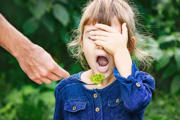 Dziecko je warzywa. letnie zdjęcie. selektywna ostrość.